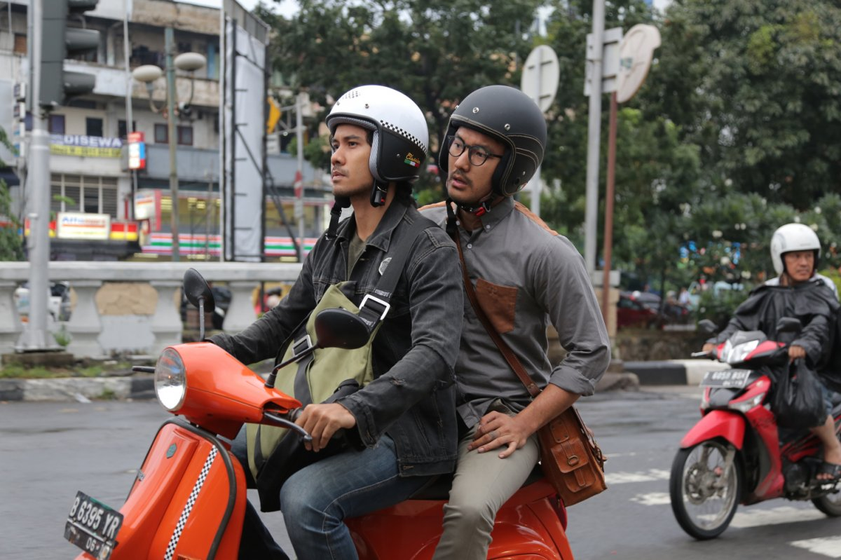 Chicco Jerikho and Rio Dewanto struggle to save their business in Filosofi Kopi